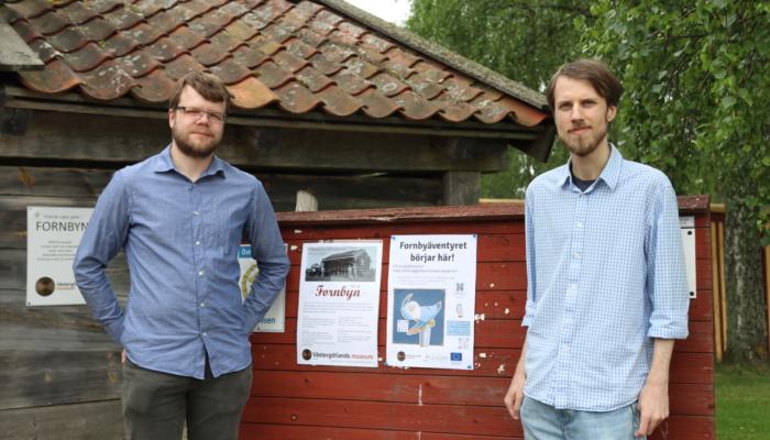 Niclas och Axel vid entrén till Fornbyn