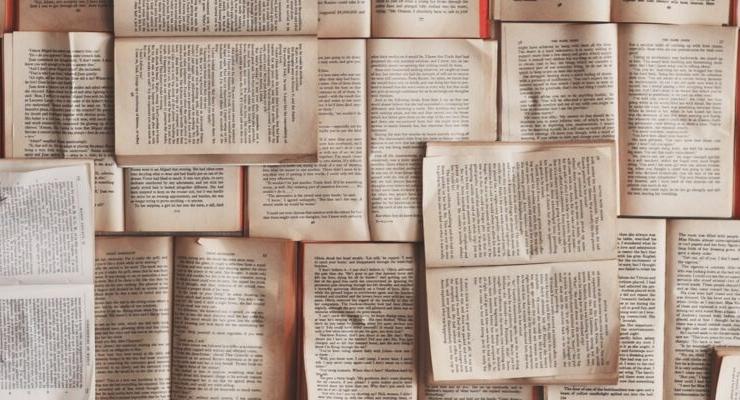 Böcker nålade till vägg