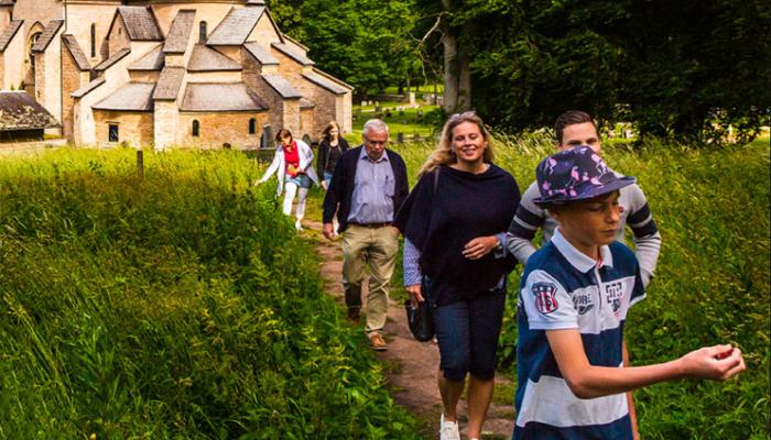 Människor vandrar längs Rosenstigen i Varnhem